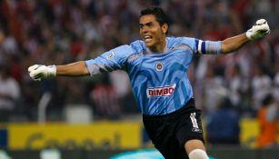 Oswaldo Sánchez durante un partido con Chivas en 2006