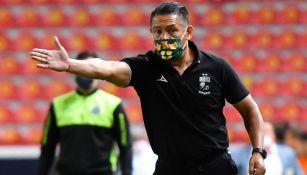 Ignacio Ambriz da indicaciones a sus jugadores