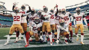 Jugadores de los 49ers festejan una anotación