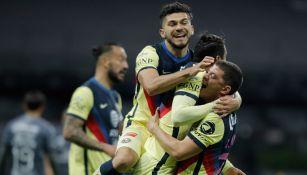 Jugadores azulcremas festejan gol ante Atlas