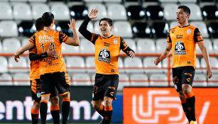 Jugadores de Pachuca festejan un gol contra Pumas