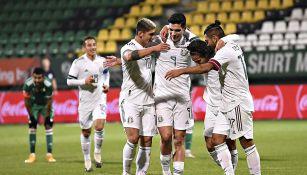Jugadores de México festejan un gol contra Argelia