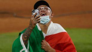 Julio Urías celebrando después de ganar la Serie Mundial