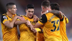 Jugadores de Wolves celebran gol vs Newcastle