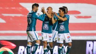 Jugadores de León celebran gol ante Gallos