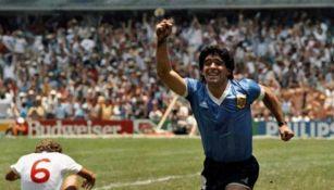 Diego Armando Maradona festeja una anotación