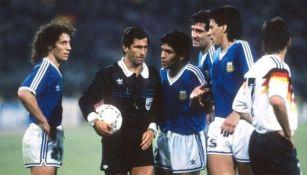 Edgar Codesal con el balón junto a Diego Armando Maradona en la final del Mundial