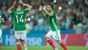 Marco Fabián y Chicharito durante un partido del Tri