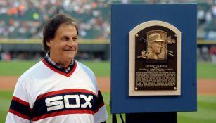 Tony La Russa junto a una placa conmemorativa en su nombre