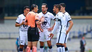 Jugadores de Pumas en reclamo al árbitro