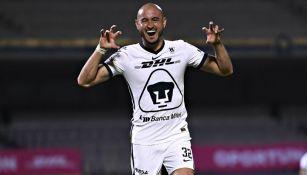 Carlos González en festejo con Pumas