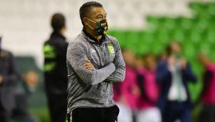Ignacio Ambriz durante el duelo ante Santos