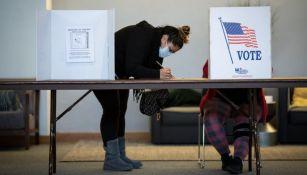Ciudadana estadounidense votando por algún candidato presidencial