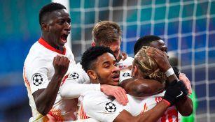 Jugadores de Leipzig celebran un gol ante PSG