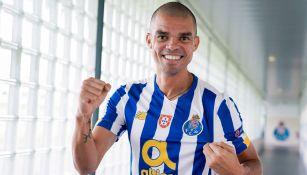 Pepe posa con la camiseta del Porto