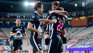 Facundo Waller y otros jugadores de Pumas festejan un gol