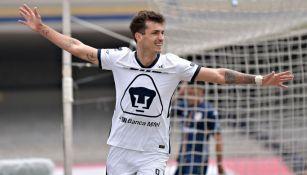 Juan Dinenno celebrando un gol obtenido con Pumas