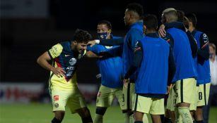Henry Martín festeja su gol con sus compañeros