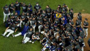 El equipo de los Dodgers celebrando la conquista de la Serie Mundial