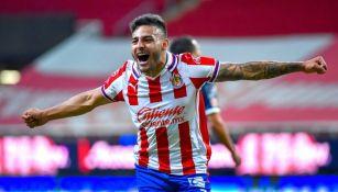 Alexis Vega festeja el segundo gol de Chivas