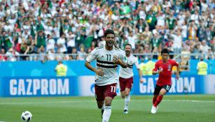 Carlos Vela durante un partido con México