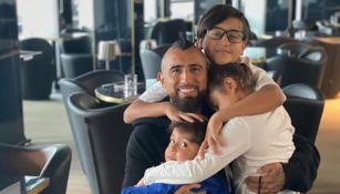 Arturo Vidal junto a sus tres hijos