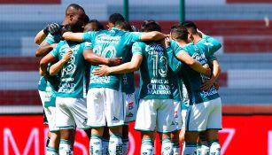 Jugadores de León platican antes de un partido