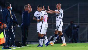 Andrés Lillini festeja un gol con los jugadores de Pumas