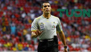 Marco Antonio Rodríguez, dirige las acciones de un juego