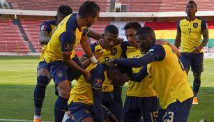 Jugadores de Ecuador festejan el tanto de la victoria en La Paz