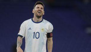 Messi se lamenta tras el gol que le anularon