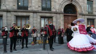 Mariachis llevaron serenata al presidente por cumpleaños 67