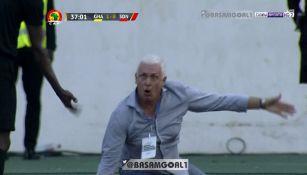 Hubert Velud tras ser empujado por un árbitro