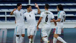 Jugadores uruguayos celebran gol ante Colombia