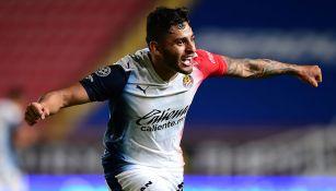 Alexis Vega festeja su gol contra Necaxa