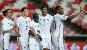 Jugadores franceses celebran gol ante Portugal