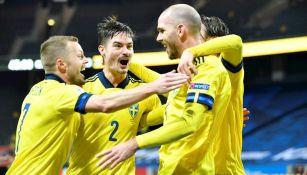 Jugadores suecos celebran gol ante Croacia