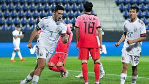 Raúl Jiménez celebrando un gol con México