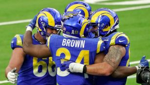 Jugadores de Rams celebran TD vs Seattle