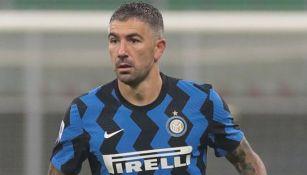 Aleksandar Kolarov durante un duelo con el Inter