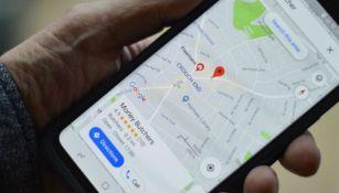 Una persona utilizando la aplicación de mapas de Google