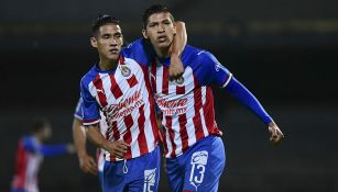 Ángel Zaldívar festeja un gol junto a Uriel Antuna