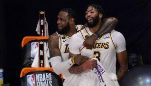 LeBron James y Anthony Davis festejan el título de Lakers