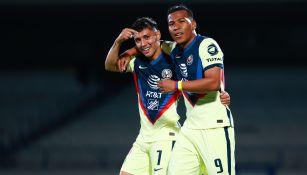Leo Suárez y Roger Martínez festeja una una anotación