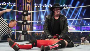 La leyenda Undertaker en una de sus luchas