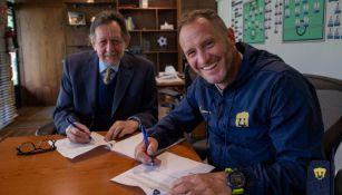Leopoldo Silva y Andrés Lillini en firma de contrato