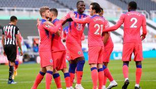 Jugadores del Chelsea festejan un gol ante Newcastle