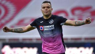 Cabecita Rodríguez en celebración de gol con Cruz Azul