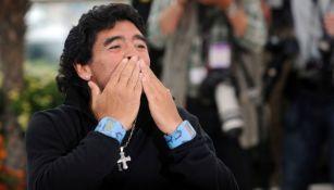 Diego Armando Maradona saludando a sus fanáticos