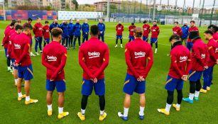 Jugadores de Barcelona guardan un minuto de silencio